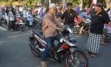 Dua anggota Pecalang atau satuan pengamanan adat Bali mengatur lalu lintas saat pelaksanaan salat Idul Adha di Bali, ini salah bentuk toleransi dan kerukunan antar umat beragama di Bali (ilustrasi)