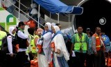 Dua jamaah calon haji kelompok terbang (kloter) pertama berfoto selfie saat akan naik ke pesawat di Bandara Internasional Sultan Hasanuddin Makassar, Kabupaten Maros, Sulawesi Selatan, Jumat (28/7).