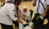 Dua jamaah haji furodah lansia telantar di Bandara King Abdulaziz, Jeddah, Rabu (8/8). Jamaah yang berangkag melalui jalur nonpemerintah itu ditinggal pihak-pihak yang memberangkatkan dan menjemput.