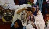 Dua orang akhwat berswafoto sebelum melaksanakan Shalat Idul Adha di Masjid Istiqlal, Jakarta, Senin (12/9).
