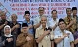 Dua pasangan bakal cagub-cawagub Jawa Tengah Ganjar Pranowo (kedua kanan, depan)- Taj Yasin (kanan, depan) dan Sudirman Said (kedua kiri, depan)-Ida Fauziyah (kiri, depan), berfoto bersama sejumlah bakal cabup-cawabup dalam pilkada Jateng, sebelum menjalani tes kesehatan di RSUP Kariadi Semarang, Jawa Tengah, Jumat (12/1).