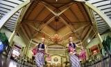 Dua penari membawakan tarian sakral. Ilustrasi