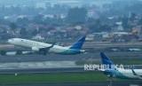Pesawat jenis boeing milik Garuda Indonesia lepas landas di Bandara Soekarno Hatta, Tangerang, Banten, Jumat (15/3/2019).