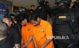 Dua tersangka kasus pengeroyokan anggota TNI ditunjukkan kepada wartawan saat ungkap kasus pengeroyokan anggota TNI di Polda Metrojaya, Jakarta, Kamis (13/12/2018).