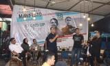 Dua Wasekjen PAN, dr Irvan Herman (kiri) dan Faldo Maldini (tengah) menggelar dialog bersama milenial di Kota Pekanbaru bertajuk Manifesto Milenial, Senin (18/3) malam.