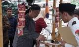 Dubes Indonesia untuk Turki, Lalu Muhammad Iqbal, memperingati kemerdekaan dengan menjadi penjual nasi angkirng di Ankara, Turki.