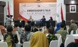 Dubes Jepang untuk Indonesia Masafumi Ishii menyampaikan materi pada diskusi Ambassador's Talk yang digelar IABIE di Jakarta, Sabtu (13/1).