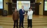 Duta Besar Kanada untuk Indonesia, H.E Peter MacArthur dan Rektor  Universitas Islam Negeri Sunan Kalijaga  (UIN Suka) Yogyakarta, Yudian Wahyudi, saat menjadi narasumber kuliah umum  di UIN Suka Yogyakarta.
