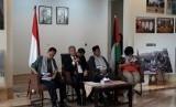 Duta Besar Palestina untuk Indonesia Zuhair Al Shun (kedua dari kiri) dalam konferensi pers seputar isu terbaru Palestina di Kedutaan Besar Palestina di Jakarta, Rabu (26/6).