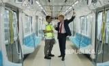 Duta Besar Uni Eropa untuk Indonesia Vincent Guérend (kanan) berbincang dengan Direktur Pengembangan dan Dukungan Bisnis PT MRT Jakarta Ghamal Peris (kiri) di kereta Mass Rapid Transit (MRT) Jakarta fase I koridor Lebak Bulus - Bundaran HI yang sedang diuji coba di Jakarta, Selasa (12/2/2019).