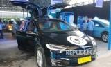 e Taxi Bluebird jenis  Silver Bird (mobil listrik Tesla)