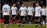 Ekspresi kecewa Javier Mascherano (kedua dari kanan) bersama rekan-rekannya di timnas Argentina saat dikalahkan Ekuador.