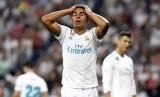Ekspresi kekecewaan pemain Real Madrid Casemiro saat melawan Real Betis dalam lanjutan La Liga, Kamis (21/9) dini hari WIB. Madrid kalah 0-1.