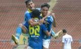 Ekspresi pemain Persib Bandung usai mencetak gol ke gawang Hanoi FC, di Stadion Shah Alam Selangor, Malaysia, Ahad (19/1).