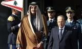 Emir Qatar Sheikh Tamim bin Hamad Al-Thani (kiri) bersama Presiden Libanon Michel Aoun menghadiri Konferensi Tingkat Tinggi (KTT) Pembangunan Ekonomi dan Sosial Arab, di Beirut, Libanon, Ahad (20/1).