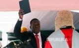 Emmerson Mnangagwa diambil sumpahnya sebagai presiden di Harare, Zimbabwe, Jumat (24/11).
