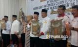 Empat paslon Bupati dan Wakil Bupati Garut menyelesaikan proses pengambilan nomor urut yang diselenggarakan KPU Garut, Selasa (13/3).