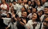 Erick Thohir. Ketua Tim Kampanye Nasional (TKN) Erick Thohir (tengah) berfoto bersama dengan kaum milenial yang tergabung dalam relawan milenial Jokowi-Amin Kita Satu di Medan, Sumatera Utara, Kamis (28/2/2019).