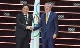 Erick Thohir saat menerima medali anggota IOC dari Ketua IOC Thomas Bach.