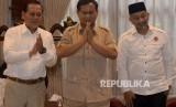 etua Umum Partai Gerindra Prabowo Subianto (tengah) bersama Pasangan Calon Gubernur Jawa Barat dari Partai Koalisi Asyik, Sudrajat (kiri) - Ahmad Syaikhu (kanan) saat melakukan pertemuan di Jakarta, Kamis (1/3).