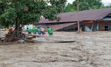 Evakuasi korban banjir bandang Masamba Luwu Utara