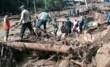 Evakuasi korban banjir dan tanah longsor di Desa Sukakerti, Subang, Jawa Barat.