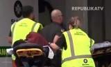 Evakuasi korban penembakan di Masjid Christchurch, Selandia Baru, Jumat (15/3).