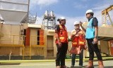 EVP Corporate Communication & CSR PLN Dwi Suryo Abdullah (kanan) meninjau Pembangkit Listrik Tenaga Diesel dan Gas (PLTDG) Pesanggaran, Denpasar, Bali, Rabu (26/6/2019). PLN UID Bali hingga Mei 2019 meraih pendapatan Rp 3,02 triliun.