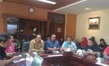 Executive Vice President Corporate Communication & CSR PT PLN I Made Suprateka (batik cokelat), dan Direktur Operasional 1 PJB Soegiyanto (batik biru atau tengah) berbicara di acara Redaktur Media Gathering 2019 di Kantor Pusat PT Pembangkitan Jawa Bali (PJB) di Surabaya, Kamis (21/3).