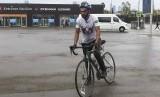 Fahed Ibrahim Al Yehia, fan sejati Timnas Arab Saudi, tiba di Stadion Luzhniki, Moskow, Selasa (12/6) setelah bersepeda selama 75 hari.
