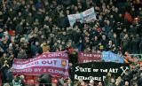 Fans West Ham United memprotes pemilik klub dalam suatu laga Liga Primer Inggris. (ilustrasi)