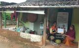 Fasilitator Desa Berdaya Rumah Zakat, Ratno Sungkowo, dan penerima bantual modal dan merupakan pelaku usaha emping melinjo di Desa Pancarejo, Wardiyem.