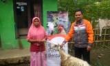 Fasilitator Rumah Zakat memberikan bantuan untuk janda di Desa Berdaya.