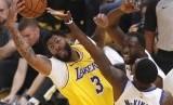 Forward Los Angeles Lakers Anthony Davis (kiri) berebut bola dengan forward Golden State Warriors Draymond Green.