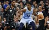 Forward Memphis Grizzlies Jaren Jackson Jr membawa bola (ilustrasi).