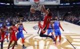 Forward New Orleans Pelicans, Anthony Davis, melakukan dunk saat menghadapi Oklahoma City Thunder dalam pertandingan NBA, Kamis (12/12).