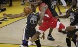 Forward Toronto Raptors, Kawhi Leonard (dua kiri), berusaha mengamankan bola saat menghadapi kepungan pemain Golden State Warriors dalam laga keempat final NBA di Oracle Arena, Oakland, California, Jumat (7/6).
