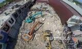 Foto aerial evakuasi di reruntuhan ruko di Pasar Meureudu, Pidie Jaya, NAD, Kamis (8/12).