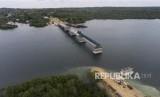Foto aerial pembangunan infrastruktur jembatan Wear Arafura di Kabupaten Maluku Tenggara Barat, Provinsi Maluku, Ahad (29/4).