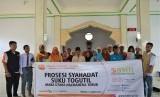 Foto bersama usai prorsesi syahadat di Pesanren Hidayatullah Ternate, Maluku Utara.