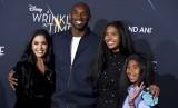 Foto dari tahun 2018 memperlihatkan (dari kiri) Vanessa Bryant, Kobe Bryant, dan putrinya Natalia Bryant serta Gianna Bryant. Kobe dan Gianna meninggal dalam kecelakaan helikopter pada Ahad lalu.