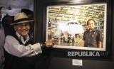 FOTO DOKUMENTASI. Mantan presiden BJ Habibie menunjukan foto dirinya bersama pesawat hasil karyanya N-250 'Gatotkaca' usai membuka pameran foto 'Cinta Sang Inspirator Bangsa Kepada Negeri' di Museum Bank Mandiri, Jakarta, Minggu (24/7/2016).