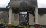 Foto suasana Kantor Polres Dharmasraya seusai terbakar di Dharmasraya, Sumatera Barat, Ahad (12/11).