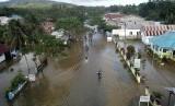 Foto udara beberapa rumah yang teredam banjir di Kecamatan Wonggeduku, Konawe, Sulawesi Tenggara, Sabtu (15/6/2019).