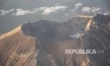 Foto udara kawah Gunung Agung di Karangasem, Bali, Rabu (28/3).