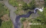 Foto udara limbah industri di Sungai Cihaur yang bermuara ke Sungai Citarum di Kecamatan Padalarang, Kabupaten Bandung Barat, Jawa Barat, Rabu (11/4). Meski adanya larangan membuang limbah oleh Kementerian Lingkungan Hidup dan Kehutanan, data dari Wahana  Lingkungan Hidup Indonesia (Walhi) mencatat setidaknya 25 perusahaan di Kabupaten Bandung Barat masih membuang limbah industri ke anak Sungai Citarum ini.