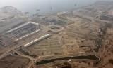 Foto udara pulau hasil reklamasi di Teluk Jakarta, Kamis (11/5).