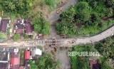Foto udara sejumlah pekerja memasang panel jembatan sementara di Batang Kalu, Jalur Padang - Pekanbaru, Kayutanam, Padangpariaman, Sumatera Barat, Kamis (13/12/2018).