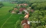 Foto udara suasana di Kampung Adat Samin Karangpace, Desa Klopoduwur, Banjarejo, Blora, Jawa Tengah, Rabu (16/1/2019).