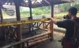 Fotografer mengambil gambar gazebo Mushola Fatturahman Desa Jambidan, Bantul, yang terbakar.